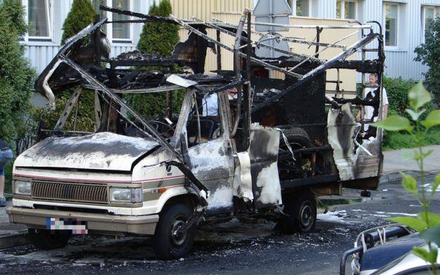 Sześć spalonych samochodów i wybite szyby w mieszkaniach - Aktualności Rzeszów