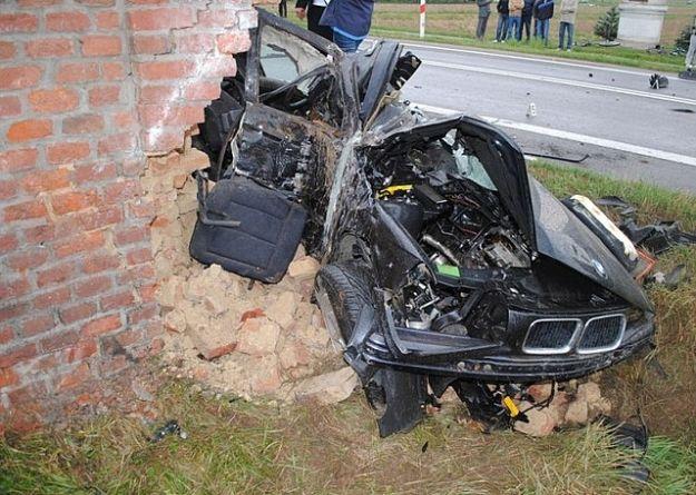 BMW roztrzaskało sie o mur - Aktualności Podkarpacie