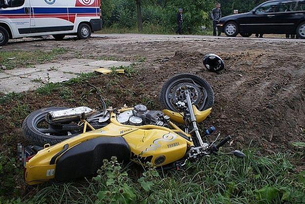 Motocyklem uderzyli w betonowy przepust i drzewo - Aktualności Podkarpacie