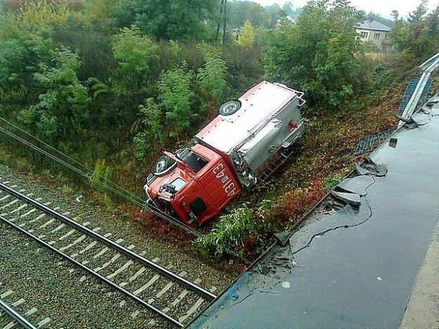 Wóz strażacki wypadł z drogi i spadł na nasyp kolejowy - Aktualności Podkarpacie