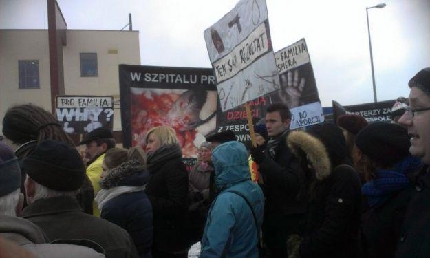 Pikietowali pod szpitalem Pro Familia  - Aktualności Rzeszów