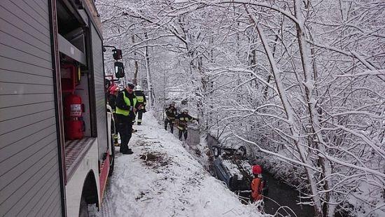 FOTO. Wypadek mieszkanki Rzeszowa w Wesołej. Seicento wpadło do rzeki - Aktualności Podkarpacie - zdj. 3