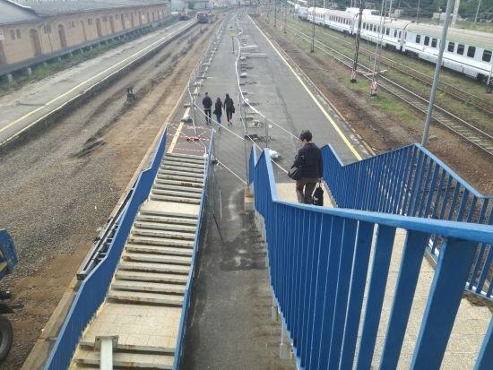 Znikają przęsła z kładki przy ul. Grottgera. Przejście będzie dostępne aż do zakończenia budowy [FOTO] - Aktualności Rzeszów - zdj. 2