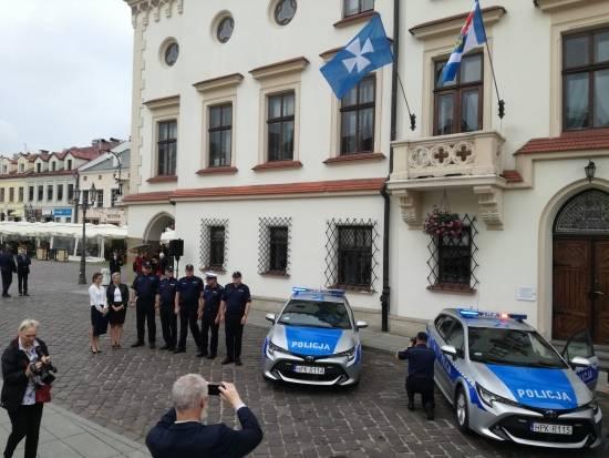 Komenda Miejska Policji w Rzeszowie ma cztery nowe hybrydy [FOTO] - Aktualności Rzeszów - zdj. 4