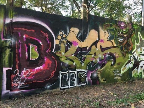 Na drodze prowadzącej na Lisią Górę powstało blisko 100-metrowe graffiti [FOTO] - Aktualności Rzeszów - zdj. 1