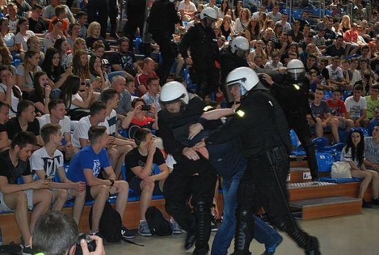 FOTO. Pożar w hali sportowej w Rzeszowie i wypadek busa z obcokrajowcami nielegalnie przekraczającymi granicę - Aktualności Rzeszów - zdj. 5